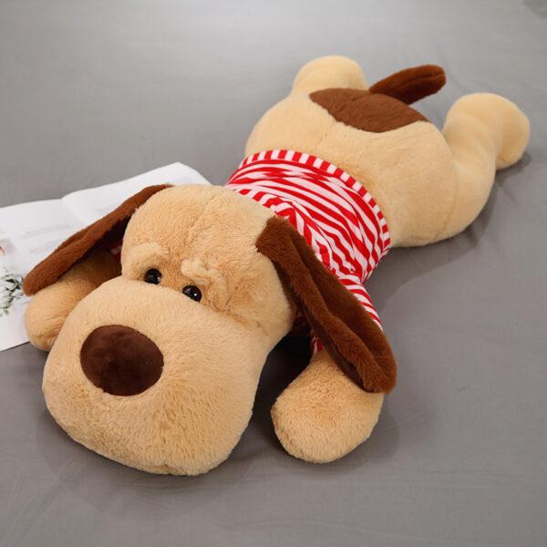 śmieszna poduszka pluszowa w kształcie psa z różową koszulką