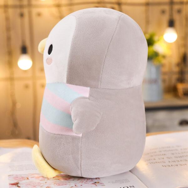 śmieszny pluszak w kształcie pingwina z boku