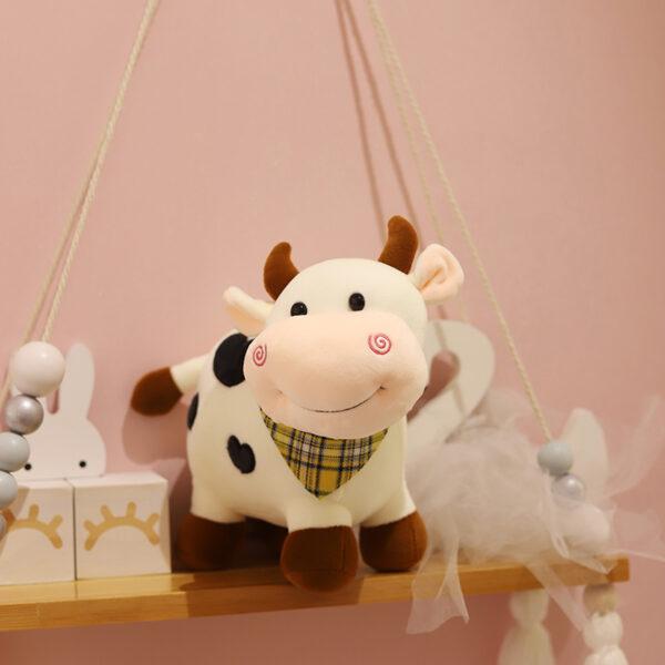 śmieszny pluszak w kształcie krowy z chustą